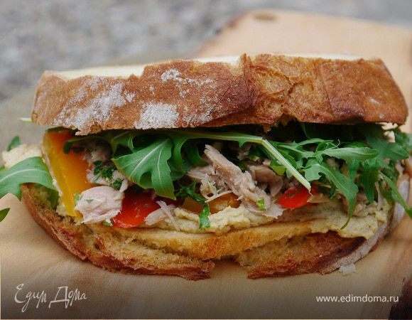 Бутерброд с тунцом, запеченным перцем и хумусом