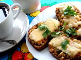 Бутерброды с овощной начинкой под сыром