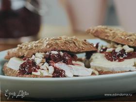 Шведские хлебцы с сыром бри и вишневым вареньем