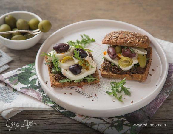 Шведские хлебцы с моцареллой и соусом из маслин