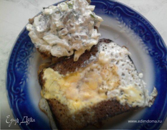 Яичница и закуска из селедки