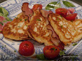 Сырные оладьи с беконом и помидорами