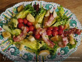 Салат с помидорами черри, беконом и крутонами