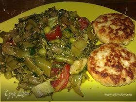 Овощной микс с кунжутом и соевым соусом и куриные котлеты.