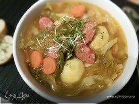 Суп с копчеными колбасками и зеленой капустой