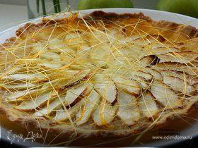Яблочно-карамельная кростата с сахарными нитями