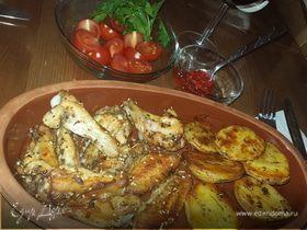 Куриные крылышки и молодой картофель, запеченные в духовке