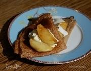 Гречневые блины с карамелизированными яблоками и медовым соусом