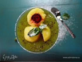 Десерт из киви с творожными клецками