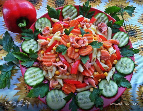 Тёплый овощной салат с рыбой и пастой
