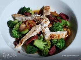 Ароматный салат из брокколи и курицы