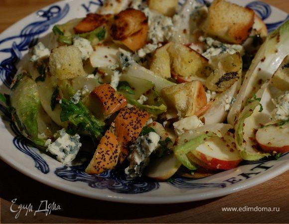 Салат из цикория с яблоком, крутонами и голубым сыром