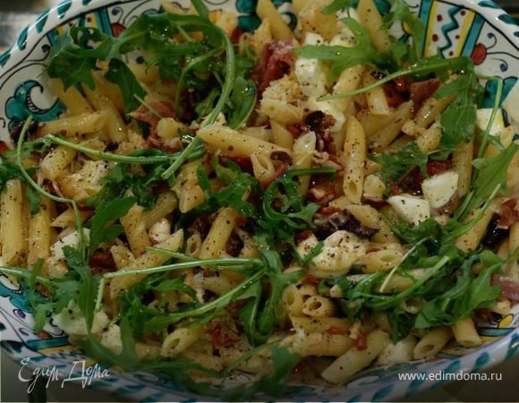 Теплый салат из пенне с ветчиной и руколой