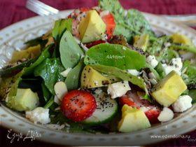 Шпинатный салат с клубникой и авокадо