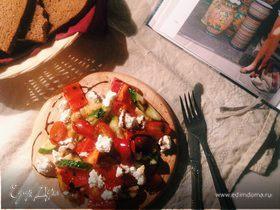 Белковый салат с чечевицей, овощами и творожным сыром