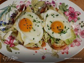 Жареные яйца на тостах с цикорием и анчоусами