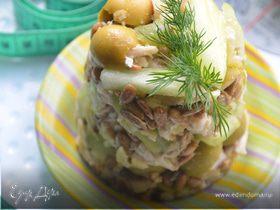 Салат с оливками и стеблями сельдерея