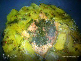 Форель с овощами и каперсами в пикантном соусе