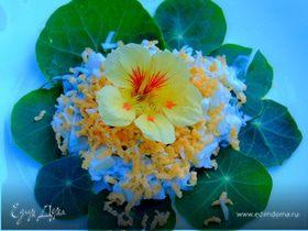 Салат с огурцом и листьями настурции