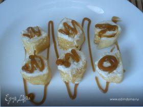Блинчики с бананом и творогом украшенные карамельной глазурью