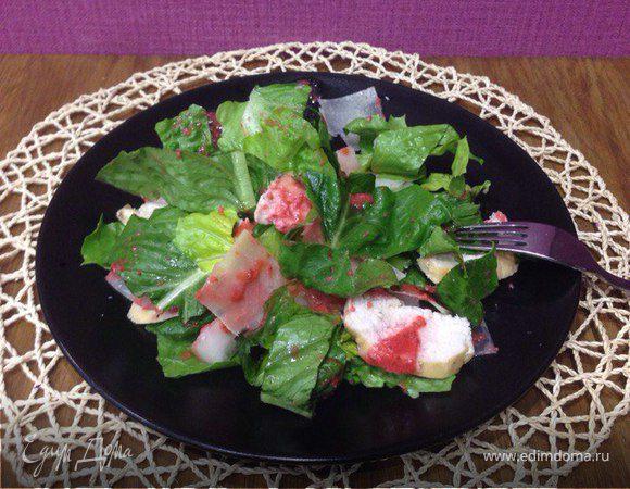 Легкий салат с дыней, куриной грудкой гриль и клубничной заправкой