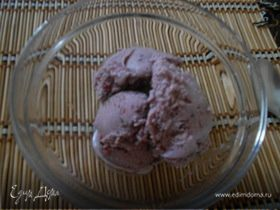 Мороженое с ежевикой