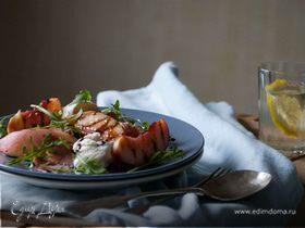 Салат из персиков-гриль и моцареллы