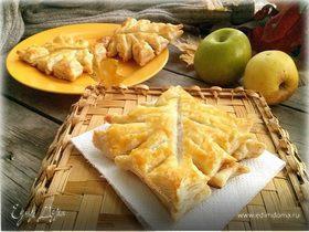 Слоеные листочки с яблоком