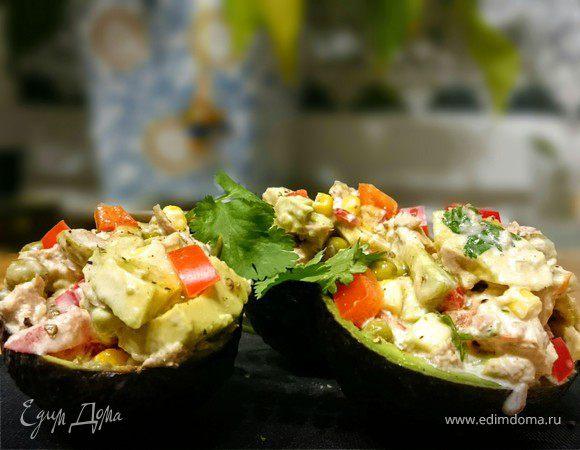 Авокадо, фаршированный салатом из тунца