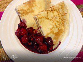 Блинчики с кремом из маскарпоне и фламбированные ягоды