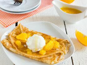 Блинчики с фламбированными апельсинами и ванильным мороженым