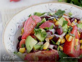 Салат с помидорами, авокадо, кукурузой и фасолью