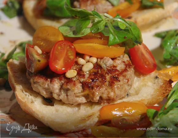 Открытый сицилийский бургер с помидорами