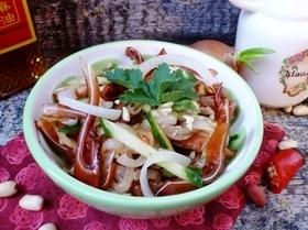 Салат из свиных ушей с овощами и арахисом