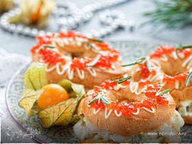 Заварные кольца с креветочным салатом и икрой