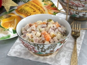 Салат с мясом кролика и фруктами