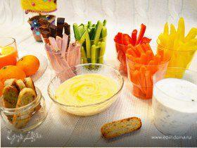 Сытные палочки с хумусом и соусом