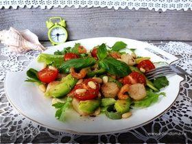 Салат с гребешками, креветками и авокадо