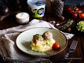«Ежики» в сметанном соусе с картофельным пюре