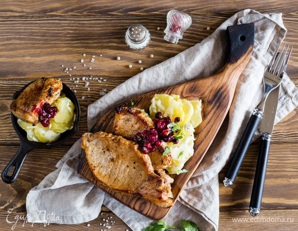 Свиная корейка с картофельным гратеном и клюквенным соусом
