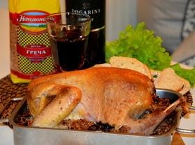 Цесарка, фаршированная гречкой с грибами и черносливом