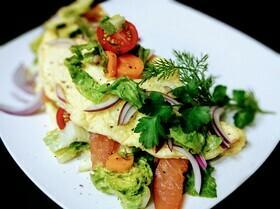 Омлет с салатом и копченым лососем