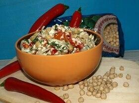 Салат из нута и овощей с заправкой из тофу