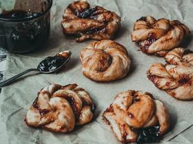 Крученые булочки с ягодным джемом