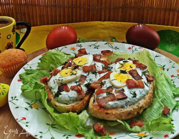 Бутерброд с яйцом и беконом