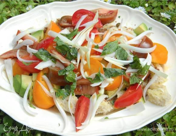 Летний салат с помидорами и хлебом