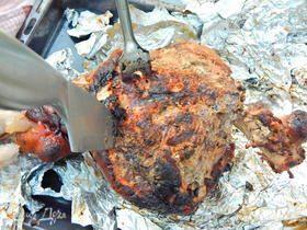 Свиная нога, запеченная в фольге на углях