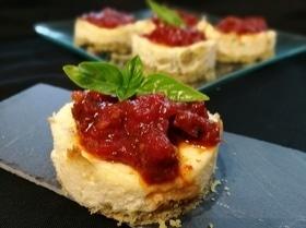 Мини-чизкейки с томатным мармеладом
