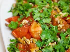 Томатный салат с грецким орехом