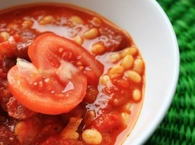 Томатный суп с колбасками и фасолью